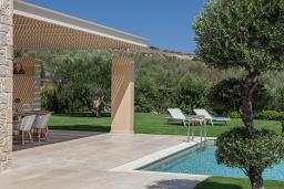 Территория. Греция, Малеме : Роскошная вилла с бассейном, зеленым садом и видом на море, 4 спальни, 4 ванные комнаты, барбекю, парковка, Wi-Fi