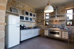 Кухня. Греция, Малеме : Роскошная вилла с бассейном, зеленым садом и видом на море, 4 спальни, 4 ванные комнаты, барбекю, парковка, Wi-Fi