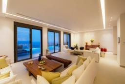 Гостиная. Греция, Элунда : Современная вилла с бассейном и шикарным видом на море, 6 спален, 6 ванных комнат, парковка, Wi-Fi