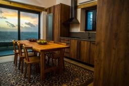 Кухня. Греция, Фаласарна : Роскошная вилла с бассейном и видом на море, 3 спальни, 3 ванные комнаты, джакузи, сауна, барбекю, парковка, Wi-Fi