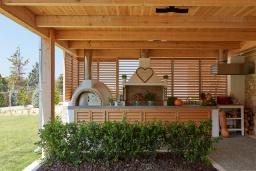 Терраса. Греция, Коккини Хани : Роскошная вилла с бассейном, зеленым двориком с барбекю и видом на море, 6 спален, 4 ванные комнаты, парковка, Wi-Fi