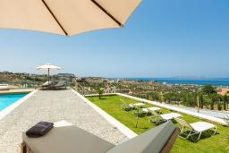 Территория. Греция, Коккини Хани : Роскошная вилла с бассейном, зеленым двориком с барбекю и видом на море, 6 спален, 4 ванные комнаты, парковка, Wi-Fi