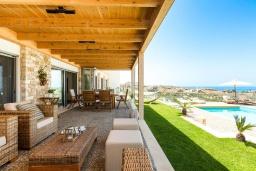 Патио. Греция, Коккини Хани : Роскошная вилла с бассейном, зеленым двориком с барбекю и видом на море, 6 спален, 4 ванные комнаты, парковка, Wi-Fi
