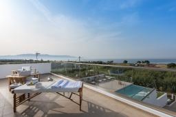 Терраса. Греция, Малеме : Современная вилла в 200 метрах от пляжа с бассейном и видом на море, 6 спален, 6 ванных комнат, теннисный корт, барбекю, парковка, Wi-Fi