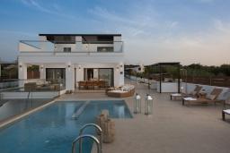 Фасад дома. Греция, Малеме : Современная вилла в 200 метрах от пляжа с бассейном и видом на море, 6 спален, 6 ванных комнат, теннисный корт, барбекю, парковка, Wi-Fi