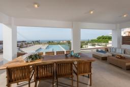 Обеденная зона. Греция, Малеме : Современная вилла в 200 метрах от пляжа с бассейном и видом на море, 6 спален, 6 ванных комнат, теннисный корт, барбекю, парковка, Wi-Fi