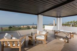 Патио. Греция, Малеме : Современная вилла в 200 метрах от пляжа с бассейном и видом на море, 6 спален, 6 ванных комнат, теннисный корт, барбекю, парковка, Wi-Fi