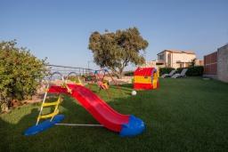 Детская площадка. Греция, Айя Пелагия : Роскошная вилла с бассейном, зеленым двориком с барбекю и видом на море, 5 спален, 3 ванные комнаты, парковка, Wi-Fi