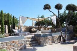 Патио. Греция, Милатос : Роскошная вилла с бассейном и зеленым двориком с барбекю и патио, 4 спальни, 3 ванные комнаты, парковка, Wi-Fi