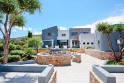 Фасад дома. Греция, Милатос : Роскошная вилла с бассейном и зеленым двориком с барбекю и патио, 4 спальни, 3 ванные комнаты, парковка, Wi-Fi