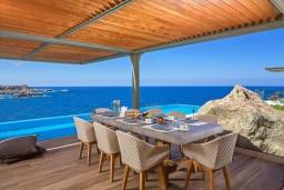 Обеденная зона. Греция, Элафониси : Современная вилла в 200 метрах от пляжа с бассейном и шикарным видом на море, 3 спальни, 3 ванные комнаты, барбекю, парковка, Wi-Fi