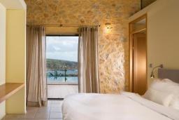 Спальня. Греция, Элафониси : Современная вилла в 100 метрах от пляжа с бассейном и шикарным видом на море, 3 спальни, 3 ванные комнаты, джакузи, барбекю, парковка, Wi-Fi