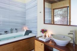 Ванная комната. Греция, Элафониси : Современная вилла в 100 метрах от пляжа с бассейном и шикарным видом на море, 3 спальни, 3 ванные комнаты, джакузи, барбекю, парковка, Wi-Fi