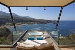 Терраса. Греция, Элафониси : Современная вилла в 100 метрах от пляжа с бассейном и шикарным видом на море, 3 спальни, 3 ванные комнаты, джакузи, барбекю, парковка, Wi-Fi