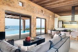 Гостиная. Греция, Элафониси : Современная вилла в 100 метрах от пляжа с бассейном и шикарным видом на море, 3 спальни, 3 ванные комнаты, джакузи, барбекю, парковка, Wi-Fi