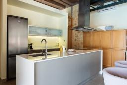 Кухня. Греция, Элафониси : Современная вилла в 100 метрах от пляжа с бассейном и шикарным видом на море, 3 спальни, 3 ванные комнаты, джакузи, барбекю, парковка, Wi-Fi