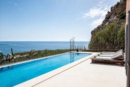 Бассейн. Греция, Элафониси : Современная вилла в 100 метрах от пляжа с бассейном и шикарным видом на море, 3 спальни, 3 ванные комнаты, джакузи, барбекю, парковка, Wi-Fi