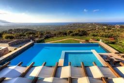 Бассейн. Греция, Сиси : Роскошная вилла с большим бассейном, джакузи и зеленым двориком с барбекю, 6 спален, 6 ванных комнат, парковка, Wi-Fi