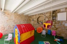 Детская площадка. Греция, Панормо : Прекрасная вилла с бассейном и двориком с барбекю, 4 спальни, 2 ванные комнаты, парковка, Wi-Fi