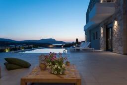 Территория. Греция, Коккино Хорио : Современная вилла в 300 метрах от пляжа с бассейном и двориком с барбекю, 4 спальни, 5 ванных комнат, парковка, Wi-Fi