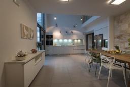 Кухня. Греция, Коккино Хорио : Современная вилла в 300 метрах от пляжа с бассейном и двориком с барбекю, 4 спальни, 5 ванных комнат, парковка, Wi-Fi