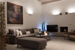 Гостиная. Греция, Коккино Хорио : Современная вилла в 300 метрах от пляжа с бассейном и двориком с барбекю, 4 спальни, 5 ванных комнат, парковка, Wi-Fi