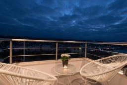 Балкон. Греция, Коккино Хорио : Современная вилла в 300 метрах от пляжа с бассейном и двориком с барбекю, 4 спальни, 5 ванных комнат, парковка, Wi-Fi
