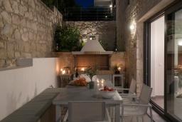 Обеденная зона. Греция, Коккино Хорио : Современная вилла в 300 метрах от пляжа с бассейном и двориком с барбекю, 4 спальни, 5 ванных комнат, парковка, Wi-Fi