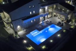 Фасад дома. Греция, Коккино Хорио : Современная вилла в 300 метрах от пляжа с бассейном и двориком с барбекю, 4 спальни, 5 ванных комнат, парковка, Wi-Fi