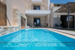 Фасад дома. Греция, Коккино Хорио : Современная вилла в 300 метрах от пляжа с бассейном и двориком с барбекю, 2 спальни, 2 ванных комнат, парковка, Wi-Fi