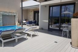 Зона отдыха у бассейна. Греция, Коккино Хорио : Современная вилла в 300 метрах от пляжа с бассейном и двориком с барбекю, 2 спальни, 2 ванных комнат, парковка, Wi-Fi