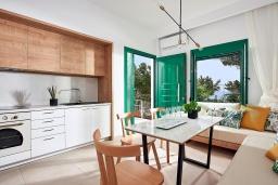 Кухня. Греция, Иерапетра : Роскошная пляжная вилла с зеленым двориком с барбекю, 5 спален, 4 ванные комнаты, парковка, Wi-Fi