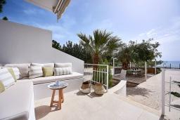 Патио. Греция, Иерапетра : Роскошная пляжная вилла с зеленым двориком с барбекю, 5 спален, 4 ванные комнаты, парковка, Wi-Fi
