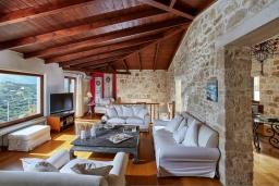 Гостиная. Греция, Ираклион : Роскошная каменная вилла с бассейном и зеленой территорией, 4 спальни, 3 ванные комнаты, барбекю, патио, парковка, Wi-Fi