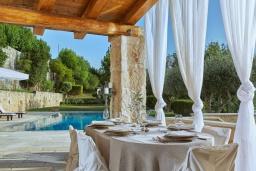 Обеденная зона. Греция, Ираклион : Роскошная каменная вилла с бассейном и зеленой территорией, 4 спальни, 3 ванные комнаты, барбекю, патио, парковка, Wi-Fi
