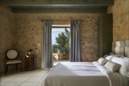 Спальня. Греция, Элафониси : Современная вилла в 200 метрах от пляжа с бассейном, джакузи и шикарным видом на море, 3 спальни, 3 ванные комнаты, барбекю, парковка, Wi-Fi