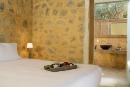 Спальня 2. Греция, Элафониси : Современная вилла в 200 метрах от пляжа с бассейном, джакузи и шикарным видом на море, 3 спальни, 3 ванные комнаты, барбекю, парковка, Wi-Fi