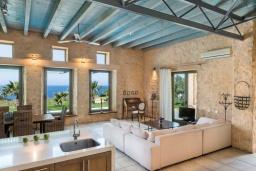 Гостиная. Греция, Элафониси : Современная вилла в 200 метрах от пляжа с бассейном, джакузи и шикарным видом на море, 3 спальни, 3 ванные комнаты, барбекю, парковка, Wi-Fi