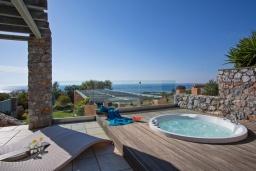 Терраса. Греция, Элафониси : Современная вилла в 200 метрах от пляжа с бассейном, джакузи и шикарным видом на море, 3 спальни, 3 ванные комнаты, барбекю, парковка, Wi-Fi