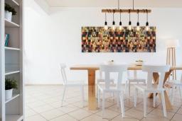 Обеденная зона. Греция, Милатос : Современная вилла с бассейном и двориком с барбекю, 3 спальни, 3 ванные комнаты, парковка, Wi-Fi