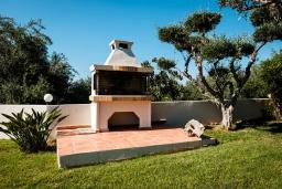 Территория. Греция, Милатос : Современная вилла с бассейном и двориком с барбекю, 3 спальни, 3 ванные комнаты, парковка, Wi-Fi