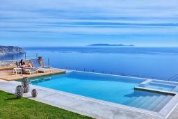 Бассейн. Греция, Айя Пелагия : Роскошная вилла с бассейном и шикарным видом на море, 3 спальни, 2 ванные комнаты, патио, барбекю, парковка, Wi-Fi