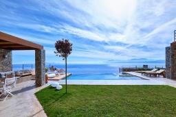 Территория. Греция, Айя Пелагия : Роскошная вилла с бассейном и шикарным видом на море, 3 спальни, 2 ванные комнаты, патио, барбекю, парковка, Wi-Fi