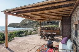 Терраса. Греция, Элафониси : Прекрасная пляжная вилла с бассейном, отдельная спальня, 2 ванные комнаты, барбекю, парковка, Wi-Fi