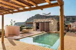 Фасад дома. Греция, Элафониси : Прекрасная пляжная вилла с бассейном, отдельная спальня, 2 ванные комнаты, барбекю, парковка, Wi-Fi