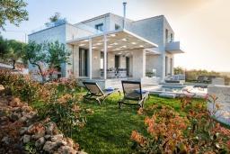 Фасад дома. Греция, Малеме : Роскошная вилла с бассейном и зеленым двориком с барбекю, 3 спальни, 3 ванные комнаты, парковка, Wi-Fi