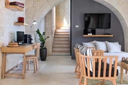 Гостиная. Греция, Малеме : Роскошная вилла с бассейном и зеленым двориком с барбекю, 3 спальни, 3 ванные комнаты, парковка, Wi-Fi