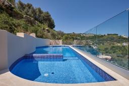 Бассейн. Греция, Ираклион : Роскошная вилла с большим бассейном и видом на море, 2 гостиные, 4 спальни, 3 ванные комнаты, барбекю, парковка, Wi-Fi