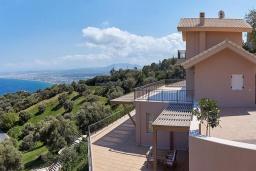Фасад дома. Греция, Ираклион : Роскошная вилла с большим бассейном и видом на море, 2 гостиные, 4 спальни, 3 ванные комнаты, барбекю, парковка, Wi-Fi