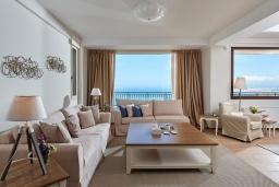 Гостиная. Греция, Ираклион : Роскошная вилла с большим бассейном и видом на море, 2 гостиные, 4 спальни, 3 ванные комнаты, барбекю, парковка, Wi-Fi